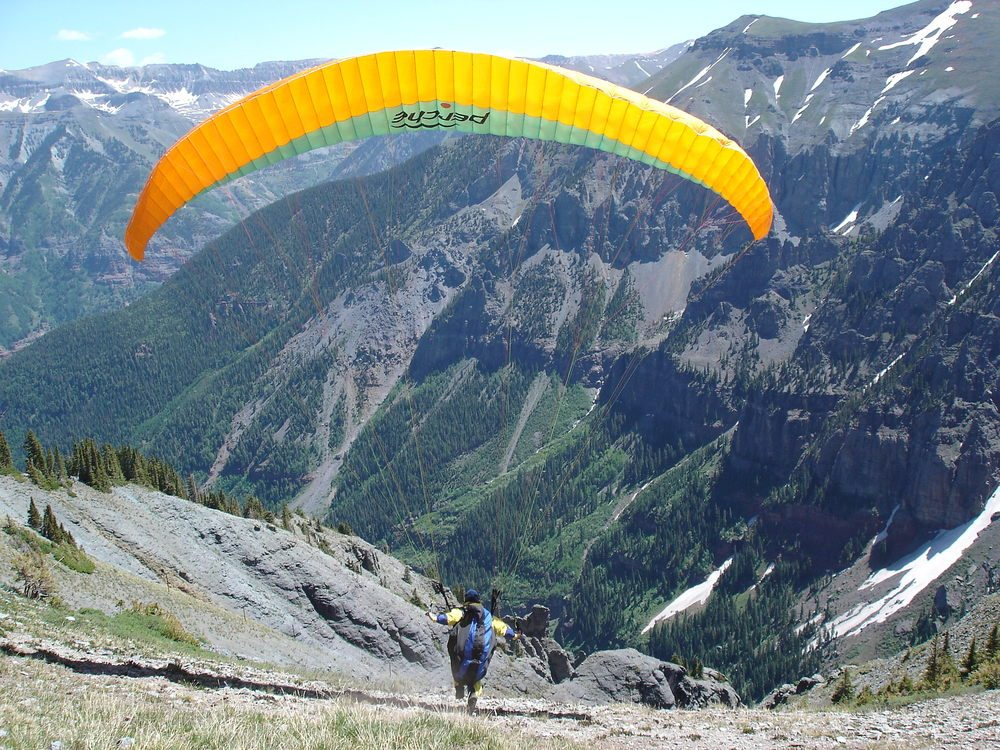 Via: http://laughtermedicine.us/paragliding/telluride/large/keithlaunch.jpg